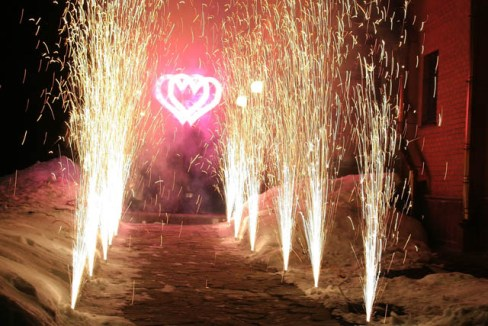 Запуск фейерверков на свадьбе