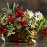 Корзина с цветами – подарок на свадьбу