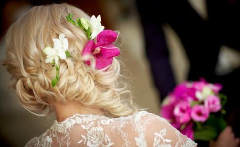 Как подобрать цветы в волосы на свадьбу?