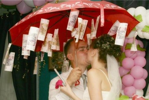 Сколько дарить на свадьбу денег