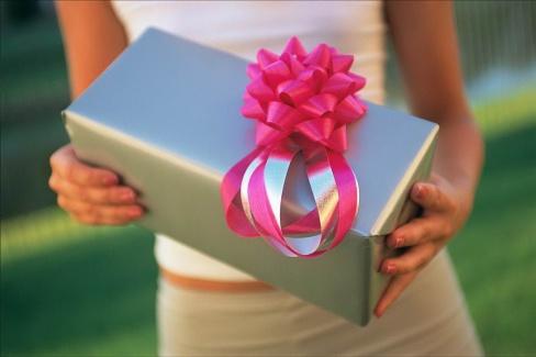 Как правильно дарить цветы и подарки?